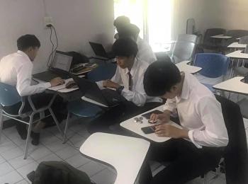 นักศึกษาชั้นปีที่ 3 กำลังเร่งมือทำบทความวิจัยกันอย่างสนุกสนาน